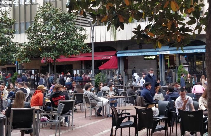 Varios grupos de jovenes de Castilla y León en una terraza en Valladolid. SN