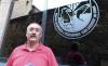 Manuel Fernández, junto a la sede del club de caza. /SN