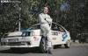 Agustín Álvaro y su coche de carreras.