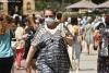 Una mujer pasea por el centro de Soria.