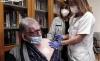 Un usuario de la residencia Los Royales, en la capital, recibiendo ayer la tercera vacuna. /SN