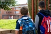 Dos menores esperan a entrar en el colegio.