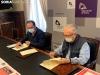 Benito Serrano y Agustín Escolano firman el convenio.