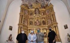 Javier Santa Clotilde, Yolanda de Gregorio, Carlos de la Casa y José Sala delante del retablo restaurado. /Jta.