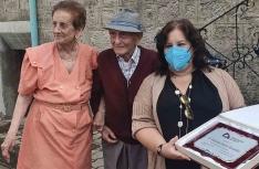 El centenario, con su esposa Mercedes y la diputada de Servicios Sociales. /Dip.