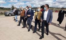 El consejero (ctro.) acompañado por la delegada regional y del presidente de la Diputación. /SN