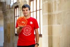 Alejandro posa en el patio de su instituto, el Machado. En sus manos, un icosaedro truncado a la tercera parte realizado manualmente por él en un el campamento internacional de matemáticas en Rusia. María Ferrer