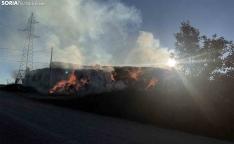 Arde una pila de pacas de paja en Golmayo