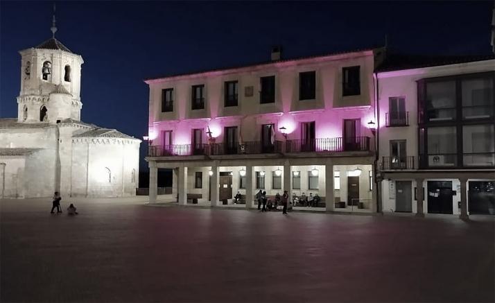 El ayuntamiento de Almazán luce rosa por el cáncer de mama